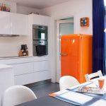 Кухня вашей мечты Фартук для белой кухни полезные советы материалы характеристика размеры кухонного фартука сочетание цветов белая кухня оранжевый холодильник фото