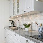 Кухня вашей мечты Фартук для белой кухни полезные советы материалы характеристика размеры кухонного фартука сочетание цветов белая кухня серая столешница фото