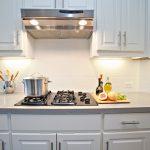 Кухня вашей мечты Фартук для белой кухни полезные советы материалы характеристика размеры кухонного фартука сочетание цветов белая кухня белый фартук фото