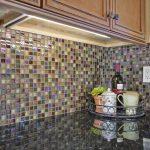 Кухня вашей мечты Фартук для кухни Кухонный фартук из мозаики полезные советы материалы характеристика размеры кухонного фартука стекло фото