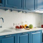 Кухня вашей мечты Бело-синяя кухня полезные советы материалы характеристика размеры сочетание цветов яркие акценты на белой кухне голубая кухня фото