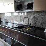 Кухня вашей мечты Фартук для кухни Кухонный фартук из закаленного стекла полезные советы материалы характеристика размеры кухонного фартука глянцевая кухня современная кухня фото