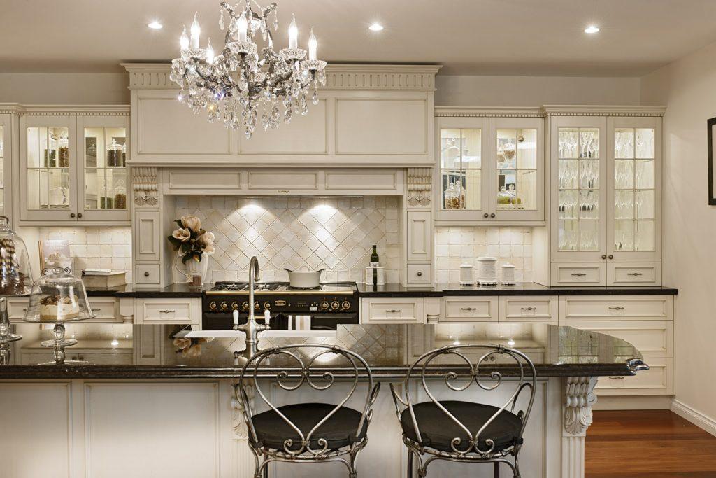 Кухня вашей мечты Белая кухня фото полезные советы материалы характеристика размеры сочетание цветов акценты на белой кухне фото