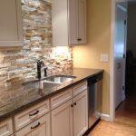 Кухня вашей мечты Фартук для кухни Кухонный фартук из искусственного камня полезные советы материалы характеристика размеры кухонного фартука белая кухня фото