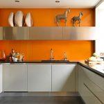 Кухня вашей мечты Бело-оранжевая кухня полезные советы материалы характеристика размеры сочетание цветов яркие акценты на белой кухне декор фото