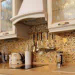 Кухня вашей мечты Фартук для кухни Кухонный фартук из мозаики полезные советы материалы характеристика размеры кухонного фартука золотой фартук фото