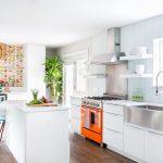 Кухня вашей мечты Фартук для белой кухни полезные советы материалы характеристика размеры кухонного фартука сочетание цветов белая кухня оранжевая плита фото