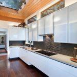 Кухня вашей мечты Фартук для белой кухни полезные советы материалы характеристика размеры кухонного фартука сочетание цветов белая кухня кухня в загородном доме фото