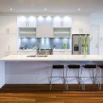 Кухня вашей мечты Фартук для белой кухни полезные советы материалы характеристика размеры кухонного фартука сочетание цветов белая кухня зеленые акценты фото