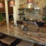 Кухня вашей мечты Фартук для кухни Кухонный фартук из искусственного камня полезные советы материалы характеристика размеры кухонного фартука коричневый фото