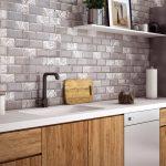 Кухня вашей мечты Фартук для кухни Кухонный фартук из керамической плитки полезные советы материалы характеристика размеры кухонного фартука деревянная кухня фото