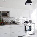Кухня вашей мечты Фартук для белой кухни полезные советы материалы характеристика размеры кухонного фартука сочетание цветов белая кухня белый фартук серая затирка фото