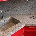 Кухня вашей мечты Фартук для кухни Кухонный фартук из искусственного камня полезные советы материалы характеристика размеры кухонного фартука красная кухня фото
