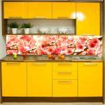 Кухня вашей мечты Фартук для кухни Кухонный фартук из закаленного стекла полезные советы материалы характеристика размеры кухонного фартука глянцевая кухня современная кухня желтая кухня фото