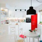 Кухня вашей мечты Фартук для белой кухни полезные советы материалы характеристика размеры кухонного фартука сочетание цветов белая кухня красный холодильник фото