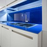 Кухня вашей мечты Бело-синяя кухня полезные советы материалы характеристика размеры сочетание цветов яркие акценты на белой кухне подсветка на кухне фото