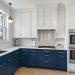 Кухня вашей мечты Бело-синяя кухня полезные советы материалы характеристика размеры сочетание цветов яркие акценты на белой кухне фото