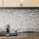 Кухня вашей мечты Фартук для кухни Кухонный фартук из мозаики полезные советы материалы характеристика размеры кухонного фартука коричневый фартук фото