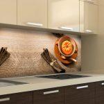 Кухня вашей мечты Фартук для кухни Кухонный фартук из закаленного стекла полезные советы материалы характеристика размеры кухонного фартука темное дерево фото
