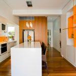 Кухня вашей мечты Бело-оранжевая кухня полезные советы материалы характеристика размеры сочетание цветов яркие акценты на белой кухне фото