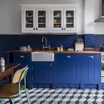 Кухня вашей мечты Бело-синяя кухня полезные советы материалы характеристика размеры сочетание цветов яркие акценты на белой кухне стиль кантри фото