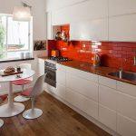 Кухня вашей мечты Фартук для белой кухни полезные советы материалы характеристика размеры кухонного фартука сочетание цветов белая кухня красный фартук фото
