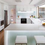 Кухня вашей мечты Фартук для белой кухни полезные советы материалы характеристика размеры кухонного фартука сочетание цветов белая кухня подсветка на кухне фото