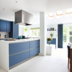Кухня вашей мечты Бело-синяя кухня полезные советы материалы характеристика размеры сочетание цветов яркие акценты на белой кухне матовые фасады фото
