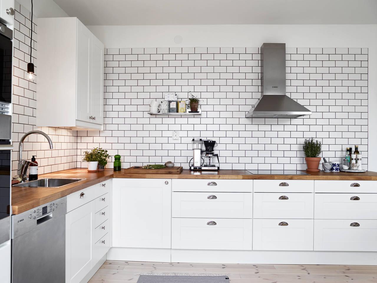 Кухонный фартук из керамической плитки белый серая затирка полезные советы варианты исполнения фото