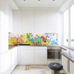 Кухня вашей мечты Фартук для белой кухни полезные советы материалы характеристика размеры кухонного фартука сочетание цветов белая кухня яркий фартук фото