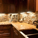 Кухня вашей мечты Фартук для кухни Кухонный фартук из искусственного камня полезные советы материалы характеристика размеры кухонного фартука деревянная кухня фото