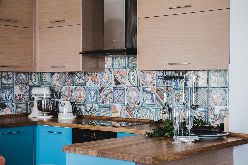 Яркий кухонный фартук для кухни полезные советы варианты исполнения фото