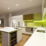 Кухня вашей мечты Бело-зеленая кухня красиво полезные советы материалы характеристика размеры сочетание цветов яркие акценты на белой кухне фото