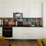 Кухня вашей мечты Фартук для белой кухни полезные советы материалы характеристика размеры кухонного фартука сочетание цветов белая кухня однорядная маленькая кухня фото