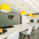 Кухня вашей мечты Фартук для белой кухни полезные советы материалы характеристика размеры кухонного фартука сочетание цветов белая кухня желтые люстры фото