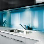 Кухня вашей мечты Фартук для кухни Кухонный фартук из закаленного стекла полезные советы материалы характеристика размеры кухонного фартука глянцевая кухня современная кухня голубой фартук фото
