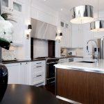 Кухня вашей мечты Фартук для белой кухни полезные советы материалы характеристика размеры кухонного фартука сочетание цветов белая кухня металлическая люстра фото