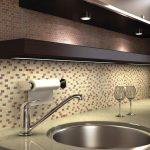 Кухня вашей мечты Фартук для кухни Кухонный фартук из мозаики полезные советы материалы характеристика размеры кухонного фартука подсветка фото