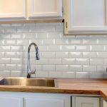 Кухня вашей мечты Фартук для кухни Кухонный фартук из керамической плитки полезные советы материалы характеристика размеры кухонного фартука современная белая кухня фото