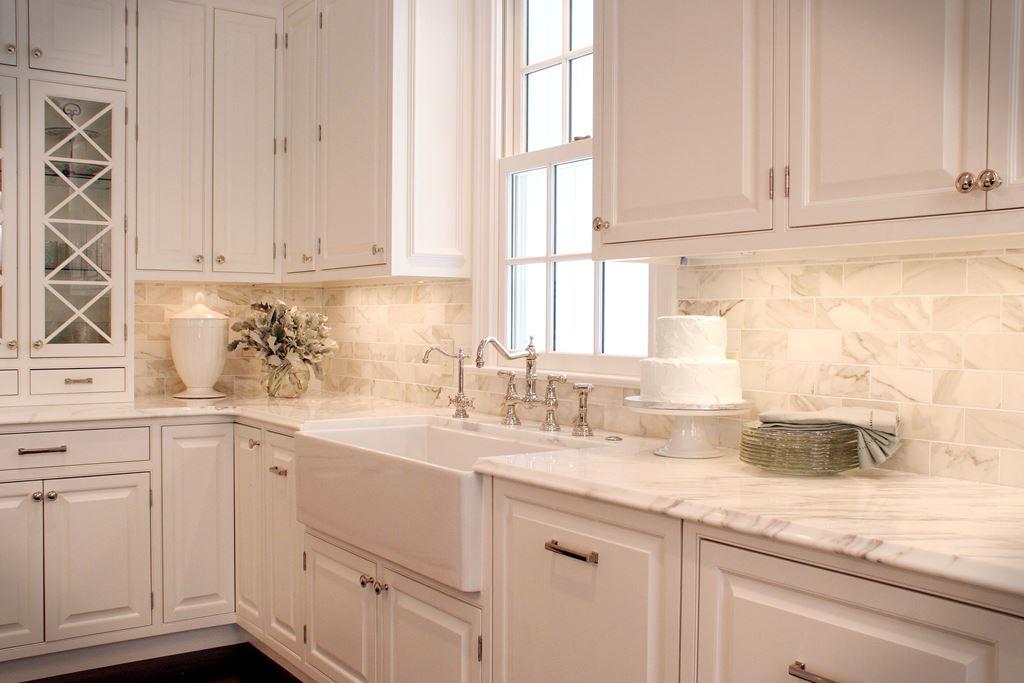 Светлый кухонный фартук для кухни полезные советы варианты исполнения фото