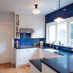 Кухня вашей мечты Бело-синяя кухня полезные советы материалы характеристика размеры сочетание цветов яркие акценты на белой кухне синяя кирпичная кладка фото